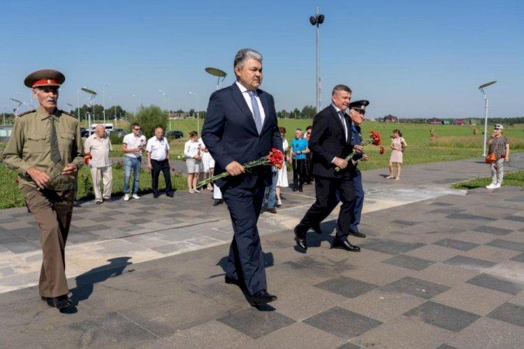 Сотрудники посольства РК возложили цветы к мемориалу героям-панфиловцам в Волоколамске