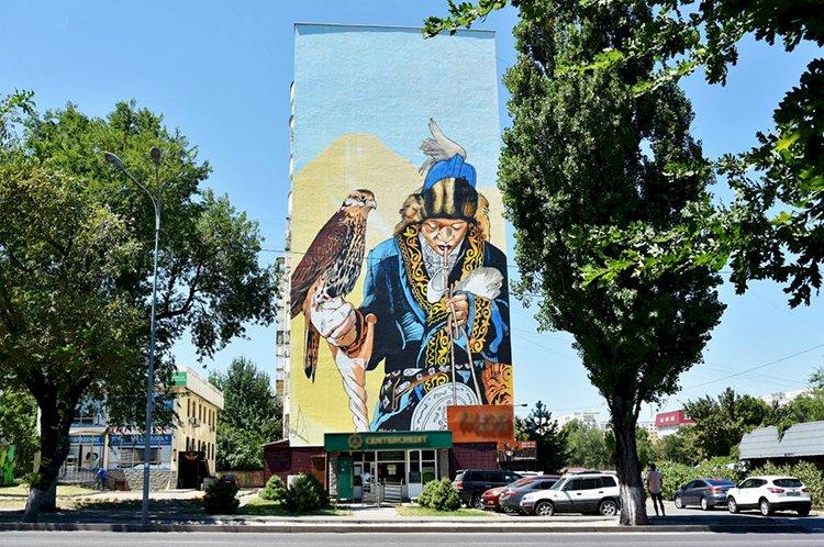 Новые муралы появляются в Алматы, украшая жилые дома и улицы