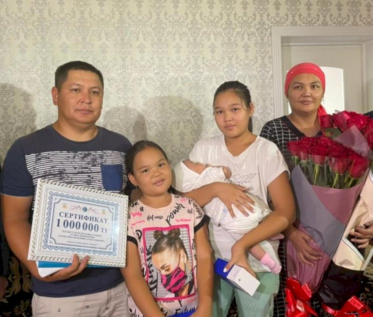 Родителям 19-миллионной жительницы Казахстана подарили миллион тенге