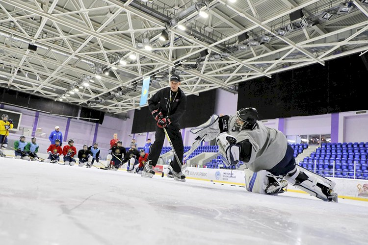 Алматинская женская хоккейная команда «Айсулу» усиленно готовится к новому сезону