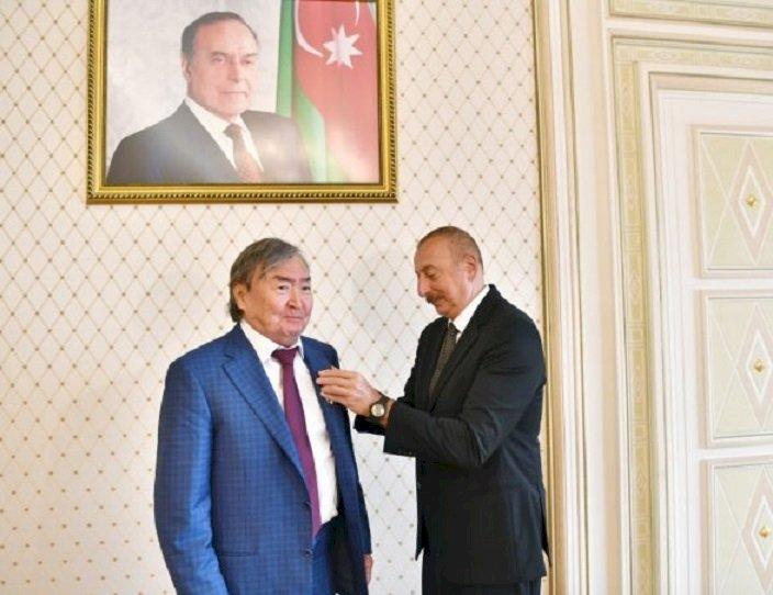 Президент Азербайджана Ильхам Алиев наградил Олжаса Сулейменова орденом «Шараф»
