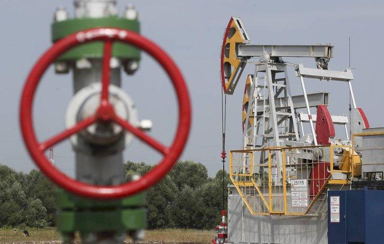 Впервые с мая цена нефти опустилась ниже 65 долларов за баррель