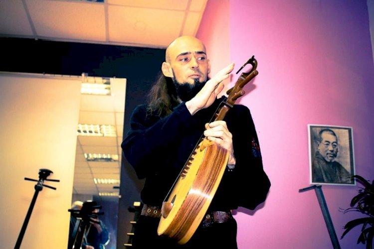 Украинец Игорь Горбов создает традиционные казахские музыкальные инструменты