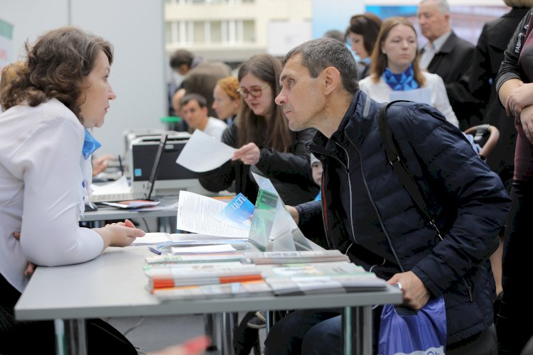 Более 320 тысяч безработных трудоустроены с начала года в Казахстане