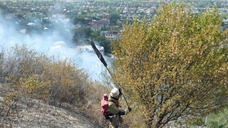 В Алматы загорелся склон горы