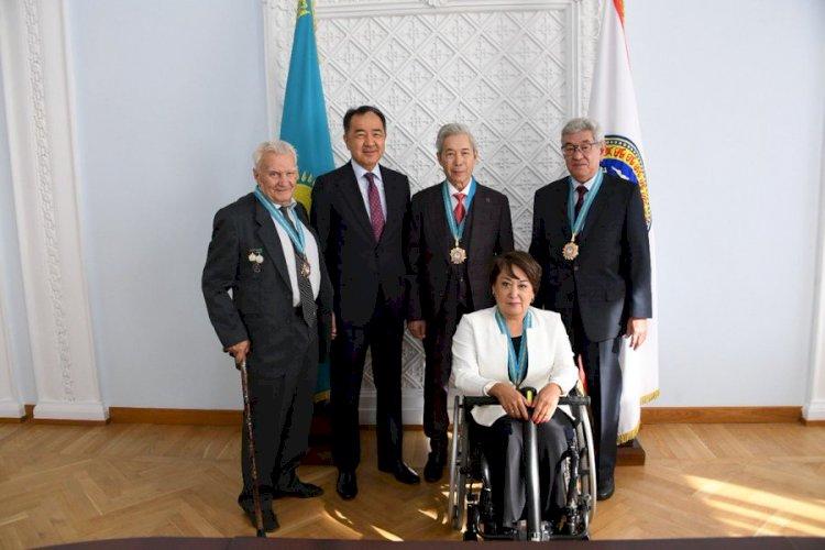 Бакытжан Сагинтаев поздравил новых почетных граждан Алматы