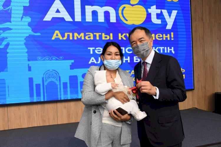 Многодетная семья двухмиллионной жительницы Алматы получила квартиру в День города