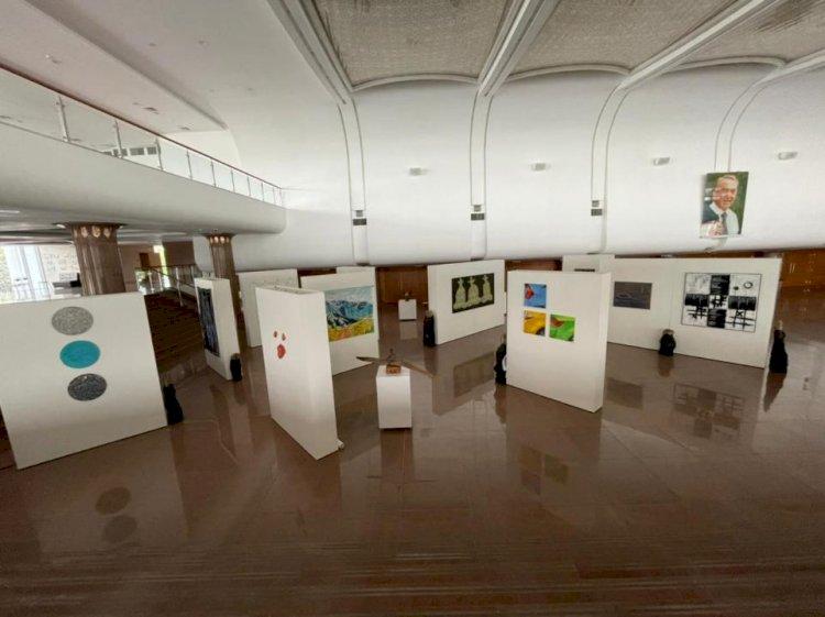 Картины из пакетов и автошин: необычная выставка открылась в Алматы