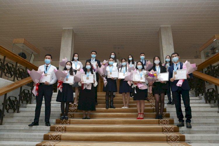 Высокая награда: лучшие представители алматинской молодежи получили медали Елбасы