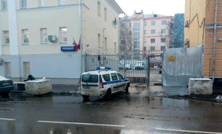 Мужчина решил свести счеты с жизнью, напав на отделение полиции в Москве